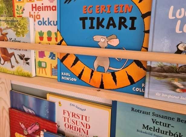 """Featured image for """"Heimagjørd bókahill til barnakamarið"""""""