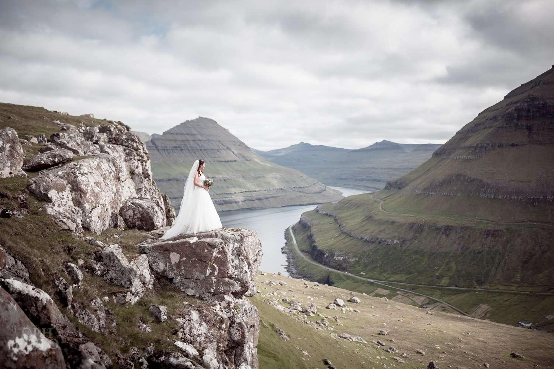 """Featured image for """"Føroya fyrsta brúdleyp við Gjónna í Gjógv"""""""